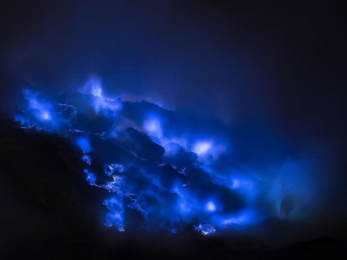 Blue Fire Ijen crater - Traviora