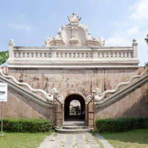 1280px-Eastern_face_of_Eastern_Gate,_Taman_Sari,_Yogyakarta,_2014-05-07